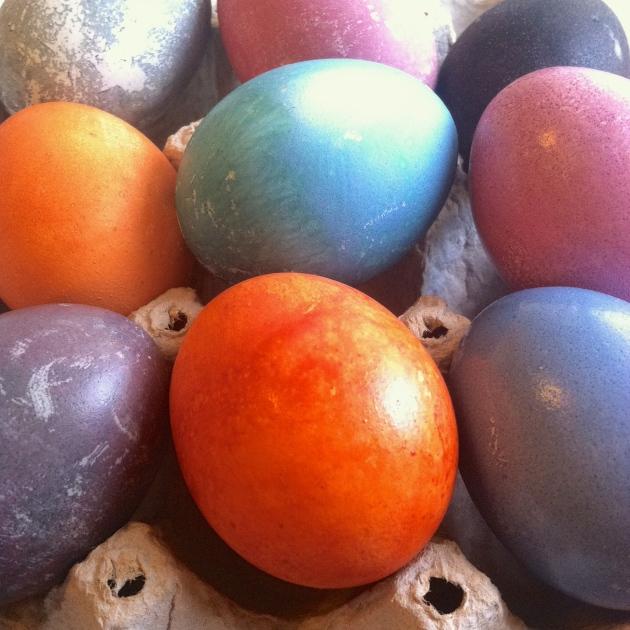 Naturally Dyed Easter Eggs | longdistancebaking.com